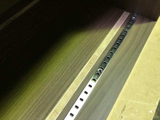 ダボレールを家具に埋め込んで可動棚を設置する方法