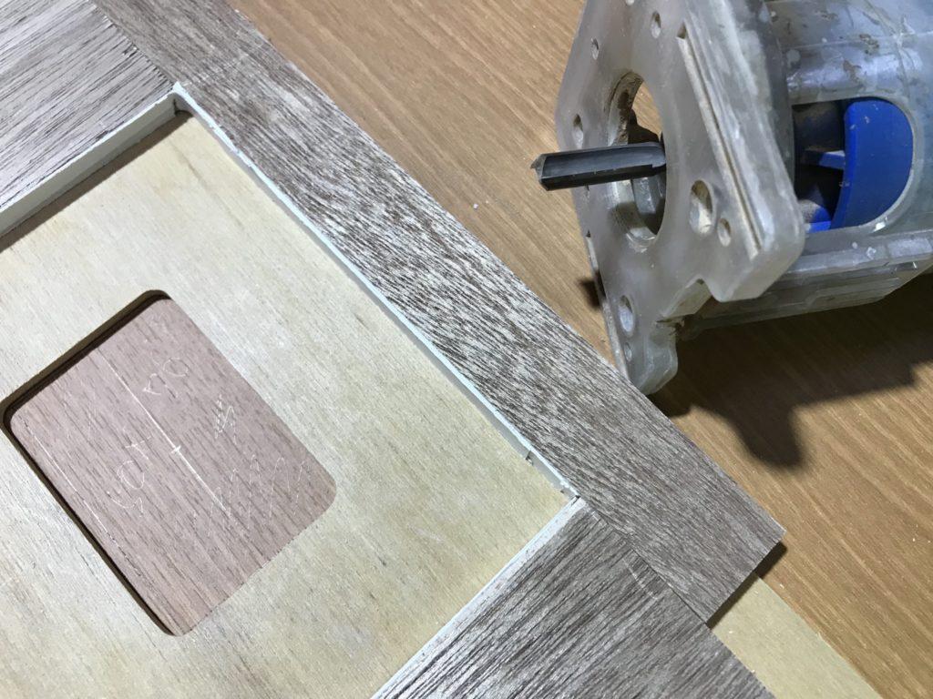 トリマーの治具を作って家具の背板にコンセントカバーの穴あけをする事例