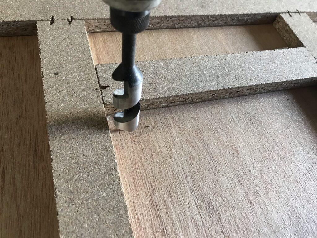 家具の背板に分電盤・ブレーカー用の穴をあける(コンセントカバーも応用)