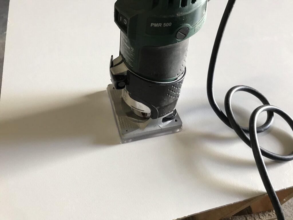 トリマーで家具の背板に分電盤・ブレーカーの穴をあける(コンセントも応用)