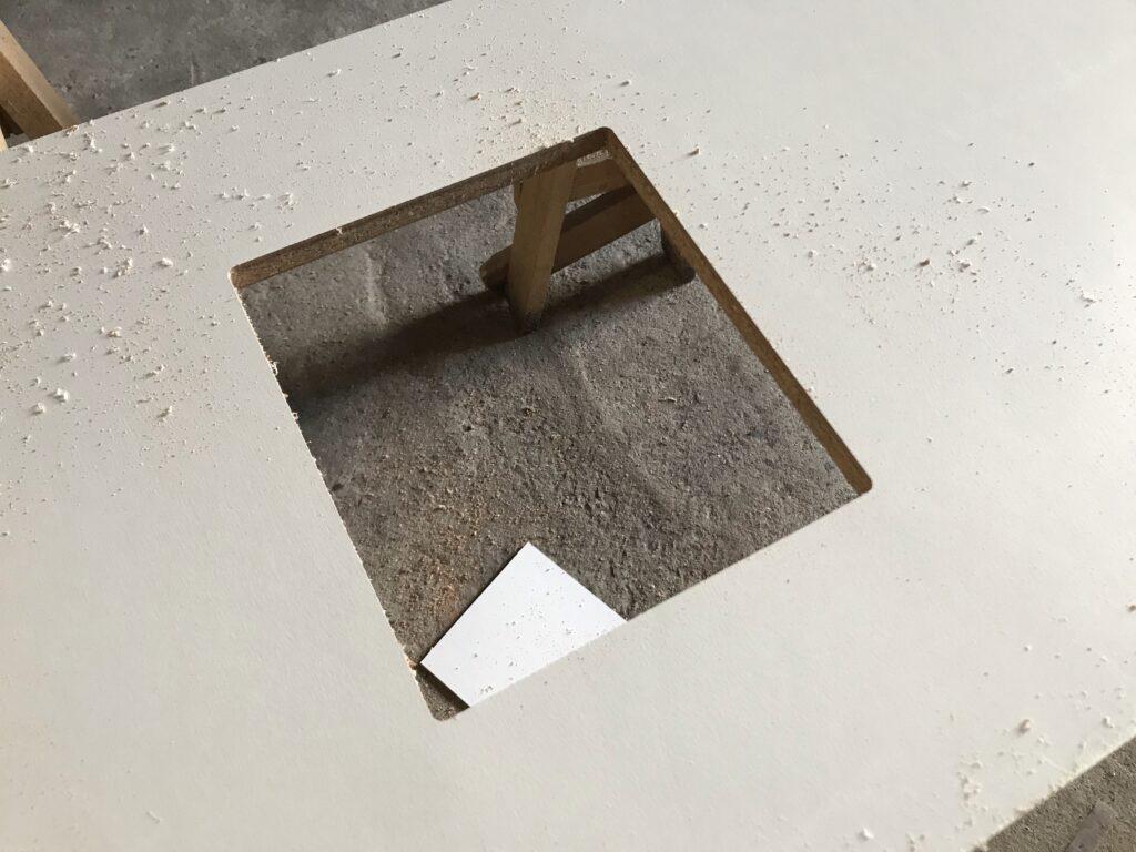 トリマーを使って分電盤の穴をあける